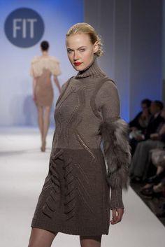 Свитер (то есть в широком смысле - вязаная кофта) - это, наверное, один из самых демократичных видов одежды. Он удобен в самых разных ситуациях, его носят короли и простые смертные. И при этом свитер достаточно мало меняется со временем. Давайте посмотрим, что выдумали дизайнеры за последние 130 лет. И чего нам ждать в ближайшем сезоне 1880-е годы. Америка. 1895 г. Америка. 1900 г. Америка.