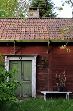 My life in the woods — peonyandbee: johanna i kulla Swedish Cottage, Red Cottage, Swedish House, Vie Simple, Red Houses, Small Cottages, Scandinavian Living, Old Barns, Farm Life