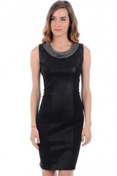 Sort kjole med perlepynt rundt halsen og imitert skinn foran. Kjolen har også glidelåslukking på ryggen.  Inneholder 65% bomull, 30% polyester og 5% elastan.