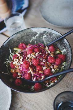 Sommerlig salat med kål, æble, hindbær og spirer