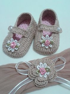 Course-Workshop On How To Make Beautiful Babyshoesideas - Diy Crafts - DIY & Crafts Booties Crochet, Crochet Baby Boots, Crochet Girls, Crochet Baby Clothes, Crochet Shoes, Crochet Slippers, Love Crochet, Crochet For Kids, Knit Crochet