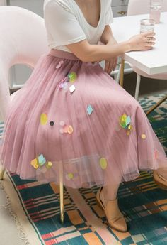 We took simple tulle skirts and added an extra layer of sparkle by embellishing them with jumbo sequins. Skirt Fashion, Diy Fashion, Ideias Fashion, Fashion Outfits, Womens Fashion, Fashion Design, Fashion Tips, Bar Outfits, Vegas Outfits
