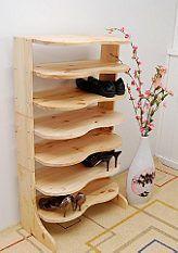 Met dit grenen meubel voor in de hal kunnen alle schoenen voortaan netjes opgeruimd worden