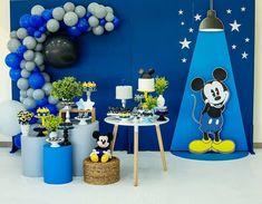 • La fiesta con #MickeyMouse en azul  Créditos:   @danicarlaartesefestas #ecumple #decor #DIY #fiesta #deco #eventos #cumpleaños #ideas Baby Mickey, Mickey Party, Festa Party, Ideas Para Fiestas, Mini Cakes, Kids Decor, Birthday Party Decorations, Minnie Mouse, Baby Shower