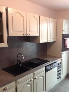 cuisine blanche et grise (béton ciré sur sol, plan de travail et ...