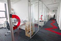 Pomieszczenia są wyciszane i klimatyzowane tak, aby zapewnić jak najlepsze warunki do pracy.