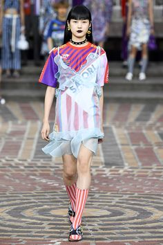 The complete Kenzo Spring 2018 Ready-to-Wear fashion show now on Vogue Runway. Fashion 2018, Fashion Week, Runway Fashion, Spring Fashion, High Fashion, Fashion Outfits, Fashion Trends, Men's Fashion, Men's Outfits