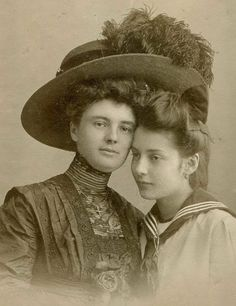 1910 Mother and daughter.