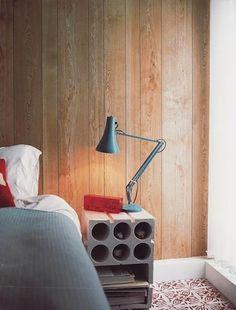 schlafzimmer gestalten mit holzwandverkleidung und diy nachttisch aus betonblock mit runden löchern