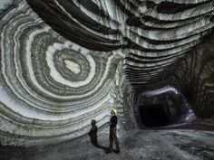 Natuurlijke decoratieve vormen aan de wanden in de Siciliaanse zoutmijn van Realmonte. Fascinerend!
