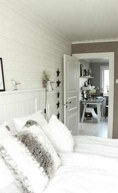sovrum i vitt och grått, inspiration sovrum, renovering övervåning, inredningstips, inredningsdetaljer, huvudgavel, trägavel, sänggavel i vitt, liggande panel som fondvägg