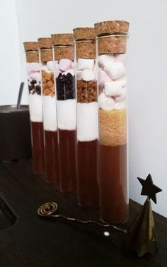Hot chocolate tubes - Tubes à chocolat chaud Hot chocolate tubes Christmas Hot Chocolate, Hot Chocolate Bars, Cookie Dough For One, Diy Cadeau Noel, Magdalena, Easy Diy Gifts, Meals In A Jar, Edible Gifts, Homemade Vanilla