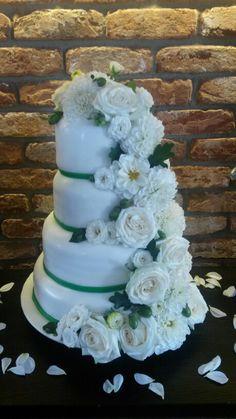 Hochzeitstorte in grün und weiß.