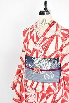 象牙色に近いごく淡い薄紅と、美しい緋色で染め出された大胆な麻の葉模様が形作る変わり市松文様が大正浪漫・昭和レトロな詩情をさそうアンティークの絽の夏着物です。 Modern Kimono, Traditional Kimono, Yukata, Silk, Dresses, Fashion, Gowns, Moda, Fashion Styles