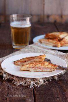 """Oggi avevo voglia di qualcosadi buono, semplice e soprattutto sbrigativo! Vi suggerisco quindi la ricetta dei toast alla francese, una preparazionesemplice e veloce ma dal risultato sorprendente!Generalmente denominato """"Pain perdu"""",per indicare il riciclodel pane raffermo che si utilizza per la sua realizzazione, il toast alla francese viene spesso cucinato al … Sandwiches, Bread And Pastries, Fett, Crepes, Street Food, Finger Foods, Buffet, Toast, Recipes"""