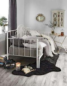 Vierashuoneen harmaasävyinen sisustus hurmaa pehmeillä elementeillään.