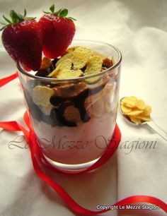 Mousse leggera alle fragole e yogurt, ricetta senza panna