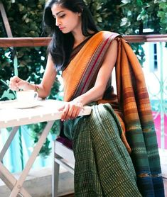 Handloom cotton saree - classic and modern. A great saree for work. Indian Attire, Indian Ethnic Wear, Indian Style, Traditional Sarees, Traditional Outfits, Ethnic Fashion, Indian Fashion, Saree Fashion, Bollywood Fashion