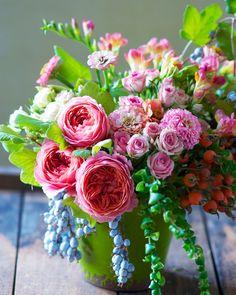 garden rose, spray rose, rose bud, zinnia, freesia, trailing blue currant, houseplant greens | Tulipina