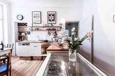 Küchen-Inspiration vom Feinsten: gemütliche Altbauküche mit Holzboden und Blumenschmuck.  #Zwischenmiete #Berlin #kitchen #kitchengoals
