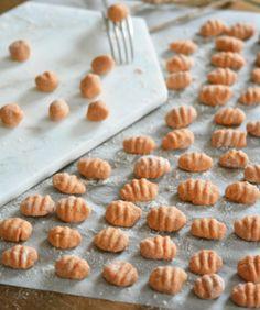 Gnocchis de patate douce poêlés aux champignons, crème de gorgonzola et noisettes grillées – IG bas – Megalow Food