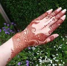 This Henna pictorial is so stylish & glamorous. This traditional Mehndi Design brings beautiful color your hands. Must try this amazing idea! Dulhan Mehndi Designs, Mehandi Designs, Modern Mehndi Designs, Mehndi Design Pictures, Mehndi Designs For Girls, Beautiful Mehndi Design, Latest Mehndi Designs, Mehendi, Heena Design