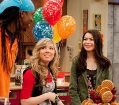 iCarly celebrates her Birthday with an iCarly Bedroom Makeover Icarly Bedroom, 2000 Kids Shows, Icarly Cast, Icarly And Victorious, The Thundermans, Nickelodeon Shows, World Tv, Miranda Cosgrove, Weird Facts