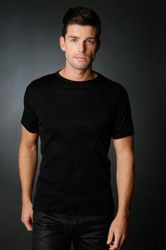 Polo homme noir uni à manches courtes idéal pour un look classique. Sa  maille en coton garantit un porté doux et confortable en toute circonstance. 6f228744899a