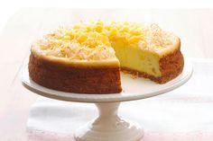 Esta magnífica receta combina los sabores tropicales de la piña colada con el infalible cheesecake. ¡Asombrará a todo tus comensales!