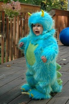 This little gal looks like Sulley from Monsters, Inc! Her mom, Jessica, sewed this from scratch, using dragon and panda patterns to guide her. Look at the little spikes on the tail! Best Toddler Halloween Costumes, Cute Baby Costumes, Toddler Costumes, Halloween Kostüm, Infant Halloween, Monster Ag Kostüm, Cute Toddlers, Cute Kids, Funny Kids