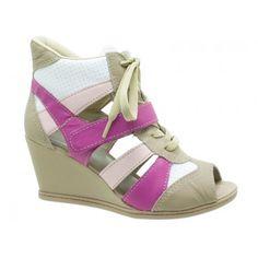 Sandal Sneaker Dakota Couro Bege, Rosa e Pink. Velcro Pink na parte superior, atacadores na cor bege, detalhes em couro rosa e branco. Forro em jérsei bege, palmilha bege nude, debrum da palmilha e biqueira bege. Salto alto anabela 6,5 cm forrado, solado antiderrapante bege.