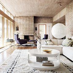 Känner du igen den här fantastiska 1960-talspärlan med tegel från golv till tak? Gå in på elledecoration.se (länk i profilen) och ta en rundtur i huset som förekom flitigt i en viss populär tv-serie och som har en stilsäker inredning som inte gör någon besviken!  Foto: @marcuslawett #elledecorationse #interior #hemmahos