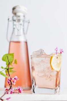 A lovely floral cocktail recipe that can be used with any edible flower in season Easy Drink Recipes, Mango Recipes, Drinks Alcohol Recipes, Cocktail Recipes, Winter Cocktails, Pink Cocktails, Fun Drinks, Yummy Drinks, Beverages