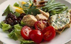 Salade Nicoise Klassisk fransk salat med grønne bønner, sorte oliven, ansjoser, tun og kogte æg.