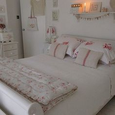 Shabby and Charme: A casa di Debbie nell'Essex Shabby Chic Bedrooms, Chic Home Decor, Bedroom Vintage, Bedroom Decor, Shabby Chic Cottage, Beautiful Bedrooms, Home Decor, Shabby Chic Homes, Shabby Chic