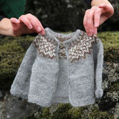 Diy Crafts - Gilipeysa is a sweet little yoke sweater for the wee ones. Knitted with the very soft and fine Icelandic lambswool Gilitrutt Tvíband, it Fair Isle Knitting Patterns, Knitting Designs, Knit Patterns, Knitting Projects, Baby Sweater Patterns, Crochet Baby, Knit Crochet, Pull Jacquard, Icelandic Sweaters