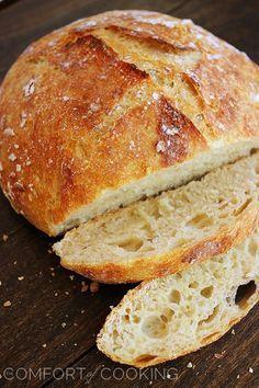 Sin amasar crujiente del pan artesano - Mi receta más lector-amado! Este crujiente, pan artesanal esponjoso necesita sólo 4 ingredientes y 5 minutos. | thecomfortofcooking.com