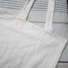 Hello hello, je vous propose un petit atelier recyclage, on transforme nos vieux draps en sacs 🙂 Je vous propose 2 types de sacs : un sac cabas et un gros pochon 🙂