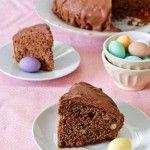 Come utilizzare il cioccolato delle uova di Pasqua? Trasformatelo in una meravigliosa torta al cioccolato da offrire all'ora del tè.