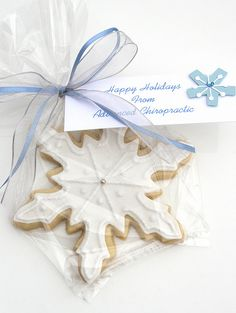 snowflake cookies as favors Blue Christmas, Christmas Colors, Christmas Time, Christmas Decorations, Snowflake Party, Snowflake Cookies, Snowflake Snowflake, Flower Cookies, Heart Cookies