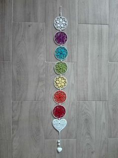 Como construir tu amuleto de los 7 chakras - StyloCrochet 7 Chakras, Thread Crochet, Crochet Doilies, Crochet Wall Art, Bohemian Pattern, Crochet Decoration, Crotchet, Wind Chimes, Diy Jewelry