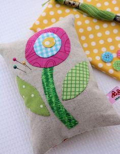 adorable pin cushion con flores de tela