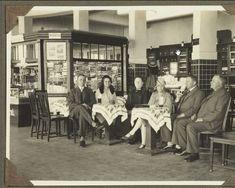 keluarga belanda ini sedang menunggu kereta api di stasiun bandoeng...bersih ya stasiun jaman dulu....memang sptnya kondisi kota kita bukan maju..malah mundur yaa..ada kios yangmenjual koran dan rokok juga..sama spt sekarang ya gan..cuma dulu lebih rapih aja... Dutch East Indies, Dutch Colonial, Old Photography, Historical Pictures, Old City, World History, Netherlands, Bali, The Past