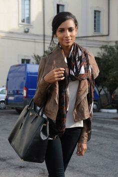 Fall / Winter - street chic style - black skinnies + white t-shirt + brown leather jacket + brown and navy scarf + black handbag Fashion Mode, Love Fashion, Fashion Outfits, Winter Stil, Vogue, Classy Casual, Facon, Skinny, Mode Style