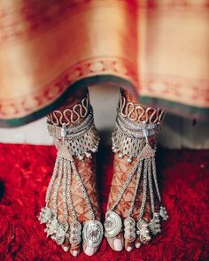 Panjebs or Payals in their traditional form, carry a traditional essence in them. These foot jewelry are one of its kind and amp up a bride's Mehendi clad feet, beautifying them in all their. Payal Designs Silver, Silver Payal, Silver Anklets Designs, Tribal Jewelry, Indian Jewelry, Silver Jewelry, Anklet Designs, Toe Ring Designs, Schmuck Design
