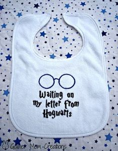 "Harry Potter ""Waiting on my letter to Hogwarts"" Baby Bib from GamerMomCreations on Etsy. Saved to Harry Potter. Baby Harry Potter, Baby Shower Harry Potter, Harry Potter Baby Clothes, Cadeau Harry Potter, Harry Potter Nursery, Anniversaire Harry Potter, Funny Babies, Cute Babies, Funny Kids"