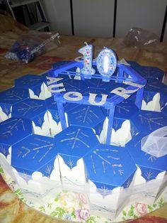 Torta di compleanno fatta di carta e riempita di dolcetti.