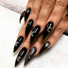 Stiletto nails are one of the shapes that many girls like. Long and pointed nails are suitable for anyone with bold ideas. Long black Stiletto nails are bold and stylish. Stelleto Nails, Goth Nails, Xmas Nails, Halloween Nails, Nude Nails, Diy Halloween Games, Halloween Face Mask, Halloween Projects, Manicures