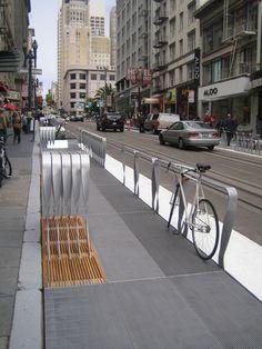 Burada bir parklet ve sokak arasındaki bariyerlerin birine kilitli bir bisiklet görebilirsiniz.  Hood alanı zaten kalabalık şehir manzarası kaprislerine maruz kaldığını ekledi.  Bisikletçinin bisiklete almak için döndüğünde yeni bisiklet raf sevdim Hood biraz hınzırca sordu.  bisikletçi biraz daha düşük olsaydı daha iyi çalışacağına dair yanıtladı.