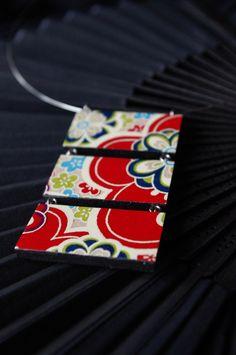 """inspirace Japonskem ve velkém """"Natsumi"""" lehký dřevěný náhrdelník s tradičním japonským papírem Chiyogami rozměry závěsu 7 x 4 cm Základ náhrdelníku je z lehoučkého, hladkého a kvalitně zpracovaného bukového dřeva, přelakovaného černou barvou, o tloušťce 4 mm. Doplněno očky platinové barvy a zavěšeno na obruči z paměťového drátu v barvě platiny o průměru ..."""